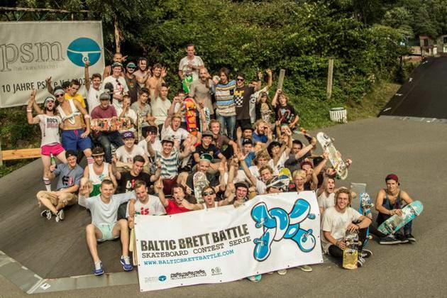 Gruppenbild der Teilnehmer beim Baltic Brett Battle von Rügen rollt! e.V. in Baabe