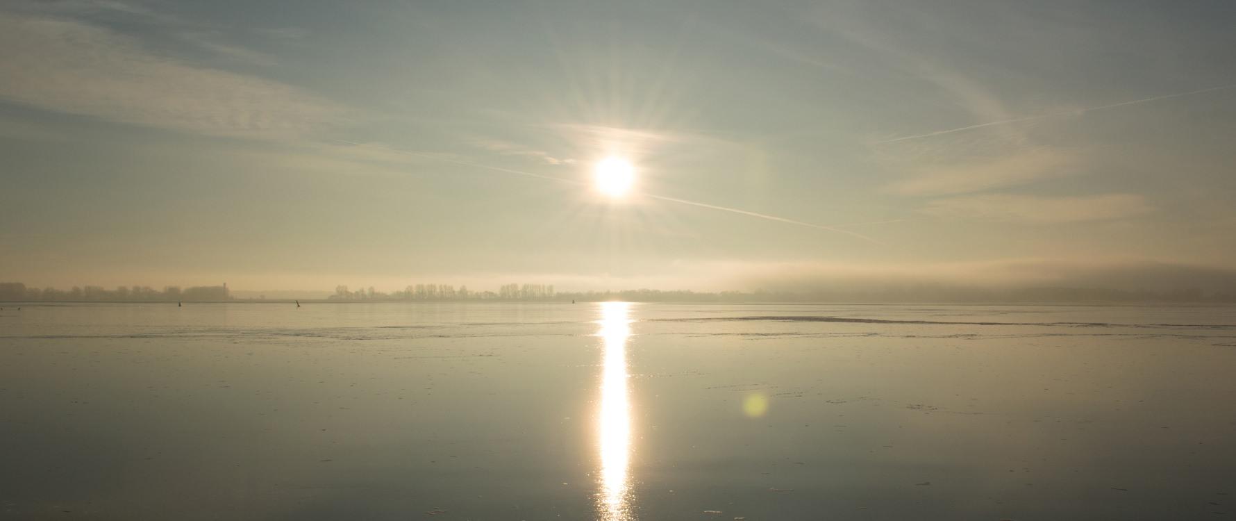 Sonne im Winter an der Ostseeküste auf der Insel Rügen