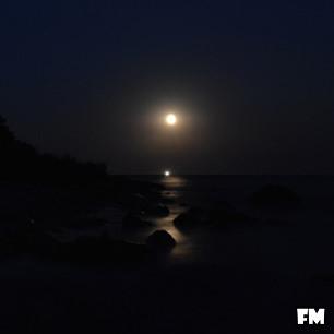 Mond über dem Südstrand vom Ostseebad Göhren auf der Insel Rügen